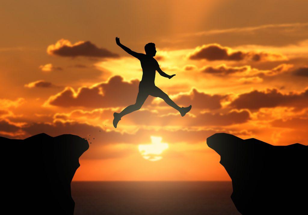 Uomo salta rocce successo